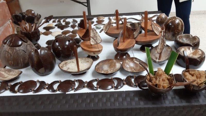 Artesanías de hícaras de coco, de Samaná.