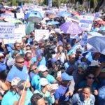 La Asociación Dominicana de Profesores (ADP) marcha hacia el Ministerio de Educación para exigir equidad en los salarios de maestros de los niveles de básica y media, aumento del salario de los jubilados y pensionados, entre otras demandas. Santo Domingo Rep. Dom. 22 de agosto de 2019. Foto Pedro Sosa