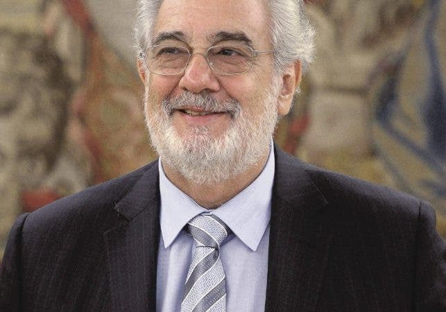 """Spanish tenor Placido Domingo poses during a meeting with Spain's King Juan Carlos at the Zarzuela Palace in Madrid on July 29, 2013. Domingo is feeling well after a treatment for a blockage in his lung two weeks ago. The 72-year-old, popularly known for his """"Three Tenors"""" performances with Jose Carreras and the late Luciano Pavarotti, was admitted to hospital in the Spanish capital on July 8, 2013 and treated for a pulmonary embolism. AFP PHOTO/ DOMINIQUE FAGET"""