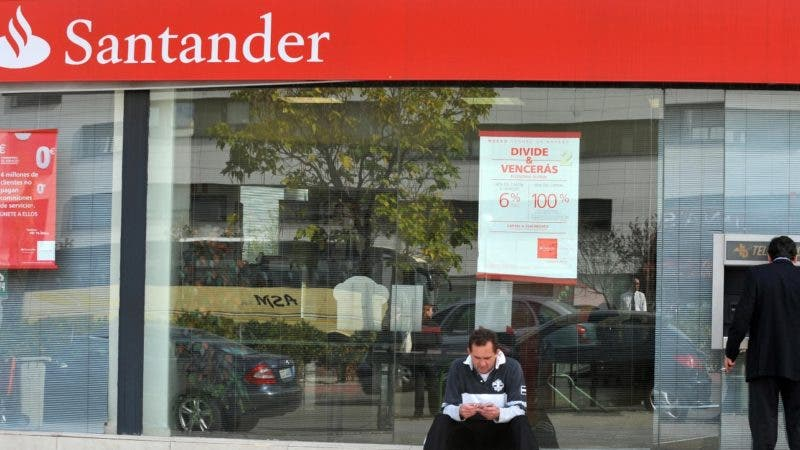 A man withdraws cash from a Santander Spanish branch in Madrid on October 13, 2008. Santander, the biggest Spanish bank, said it had injected one billion pounds (1.25 billion euros) into its British unit Abbey in support of the British government's banking bailout.  AFP PHOTO/PHILIPPE DESMAZES