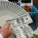 COREA DEL SUR DIVISAS:JHK105 SEÚL (COREA DEL SUR) 21/11/2008.- Un ejecutivo bancario cuenta unos billetes de dólares en el Banco de Intercambio de Corea, en Seúl (Corea del Sur), hoy, viernes 21 de noviembre. La divisa surcoreana, el won, se apreció 2 puntos frente al dólar estadounidense y finalizó en 1.495 wones. EFE/Jeon Heon-Kyun