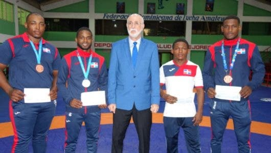 Lucha entrega premios a ganadores de medallas