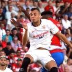 GRAF9899. GRANADA, 23/08/2019.- El centrocampista del Sevilla Joan Jordán intenta un remate ante un rival del Granada durante el partido de la segunda jornada de LaLiga que se disputa este viernes en el Nuevo Estadio Los Cármenes. EFE/ Pepe Torres