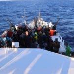 """AME7107. OCÉANO, 14/08/2019.- Fotografía cedida por la Guardia Costera estadounidense en la que se ve a un grupo de migrantes haitianos (146) sentados en la cubierta del bote perteneciente al guardacostas estadounidense """"William Trump"""", tras ser interceptados a bordo de un buque de carga por miembros de su tripulación el pasado 11 de agosto, aproximadamente a 111 kilómetros al norte de Isla de la Tortuga (Haití), según informó este jueves la institución en Miami (EE.UU.). Según la Guardia Costera, en lo que va del presente año fiscal, es decir desde el pasado 1 de octubre, 3.414 inmigrantes haitianos han intentado alcanzar por mar las costas de EE.UU. a través del Estrecho de Florida, el Caribe y el Atlántico. EFE/ Guardia Costera de EE.UU./SÓLO USO EDITORIAL/NO VENTAS"""