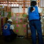 """AME5593. CARACAS (VENEZUELA), 09/08/2019.- Trabajadores de la Cruz Roja de Venezuela revisan insumos de ayuda humanitaria este viernes en Caracas (Venezuela). Venezuela ha recibido casi 100 toneladas de ayuda humanitaria gestionada por la Federación Internacional de la Cruz Roja, luego de que este viernes ingresara al país el cuarto cargamento de donaciones que incluye mosquiteros contra la malaria, analgésicos, desparasitantes y """"antibióticos simples"""". EFE/MIGUEL GUTIERREZ"""