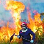 """BRA21. RÍO BLANCO (BRASIL), 22/08/2019.- Fotografía del 17 de agosto de 2019 cedida por Bomberos de Río Blanco que muestra el combate contra el incendio en la ciudad de Rio Blanco, capital del estado amazónico Acre (Brasil). Las llamas continúan devorando la selva amazónica en medio de una creciente indignación popular, una tragedia que las organizaciones ecologistas achacan a la """"retórica antiambiental"""" del presidente de Brasil, Jair Bolsonaro. Más de medio centenar de organizaciones no gubernamentales cerraron filas este jueves y respondieron al ataque dialéctico lanzado por el mandatario brasileño, quien hoy volvió a insinuar que las ong podrían estar detrás de los incendios provocados en la Amazonía, aunque admitió que son """"sospechas"""" sin pruebas. EFE/BOMBEROS DE RIO BRANCO/SOLAMENTE USO EDITORIAL/NO VENTA/NO ARCHIVO"""