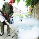 Bangkok (Thailand), 15/08/2019.- A Thai health officer sprays chemicals to kill mosquitos in urban areas of Bangkok, Thailand, 15 August 2019. According to the Thai Ministry of Public Health's Bureau of Epidemiology, for the year of 2018 there was 51,659 dengue fever cases while the 2019 cumulative total has already reached 64,159 cases. The northeast of the country has the highest occurrence rate with 130 people per 100,000 contracting the mosquito-borne tropical disease. (Tailandia) EFE/EPA/NARONG SANGNAK