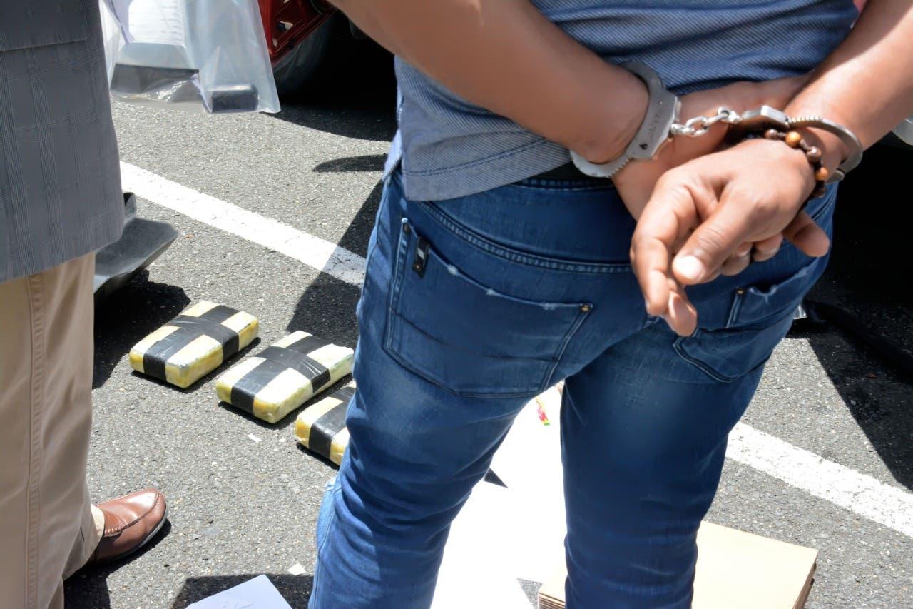 Hombres llevaban en camioneta cuatro kilos de cocaína y ocho mil dólares