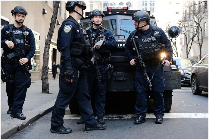 La Policía de Nueva York refuerza lugares públicos por tiroteos en Texas y Ohio