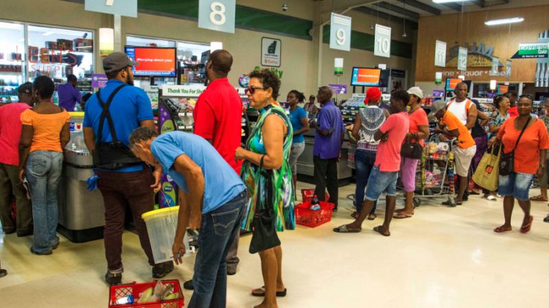 La primera ministra de Barbados Mia Mottley ordenó suspender las clases/AP