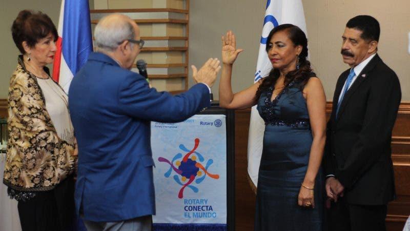 DOCTORA AURELINA CARVAJAL DURANTE SU JURAMENTACION COMO PRESIDENTA DEL CLUB ROTARIO SANTO DOMINGO COLONIAL