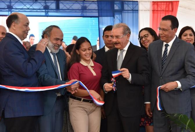 Danilo Medina entrega dos centros educaitivosen Salcedo