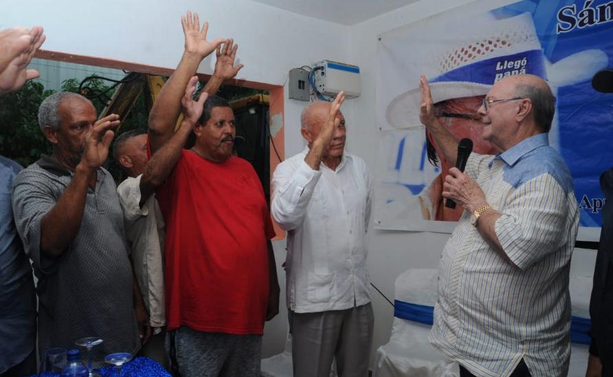 Hipólito Mejía recibe apoyo de dos aspirantes a alcaldes en Sánchez  Ramírez