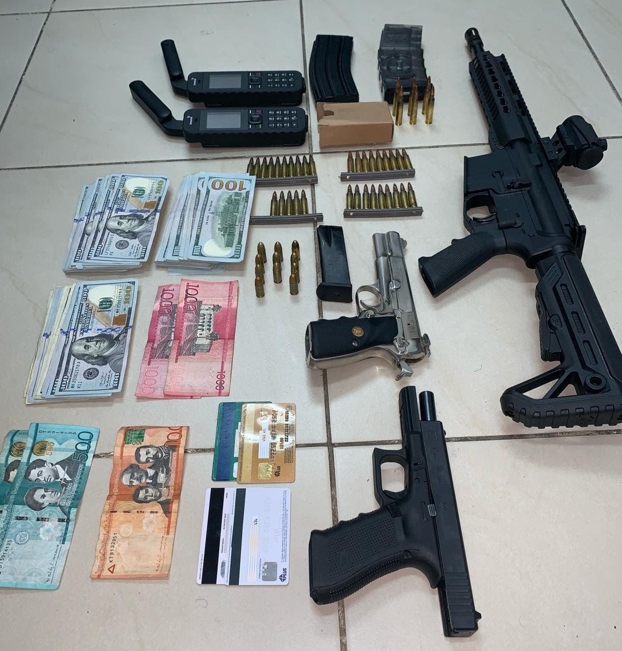 Identifican a los hombres arrestados con fusil y más de 22 mil dólares