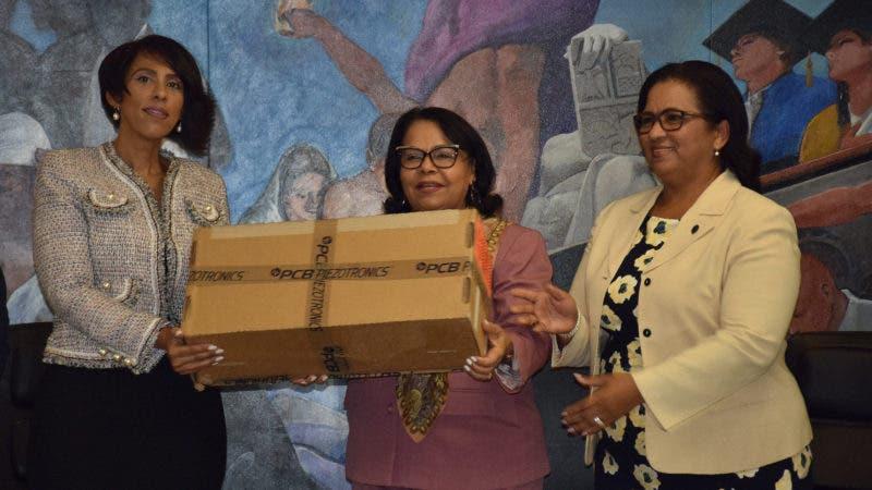 La viceministra Gautreau entrega la estación a la rectora Emma Polanco y a directora de CURNO Elina Estrella