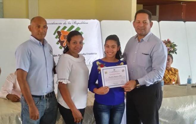 Director de Desarrollo Fronterizo entrega becas a estudiantes de escasos recursos