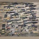 Policía NY ocupa fusiles, pistolas, escopetas y municiones a familia hispana