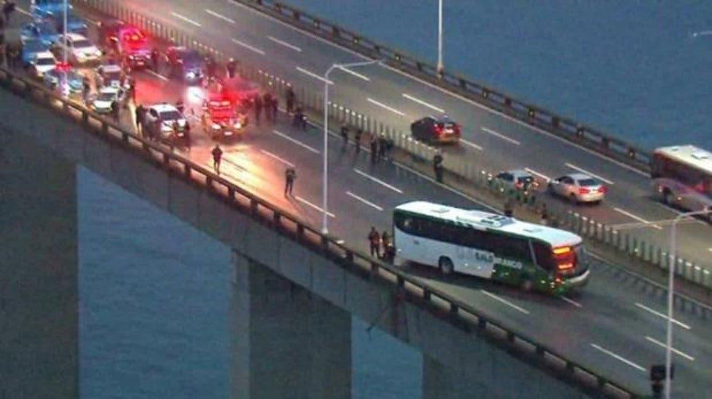 Hombre armado secuestra un autobús con 37 personas en Río de Janeiro, Brasil