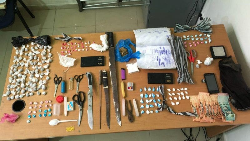 Policía Nacional apresa a 121 personas por posesión de armas y drogas