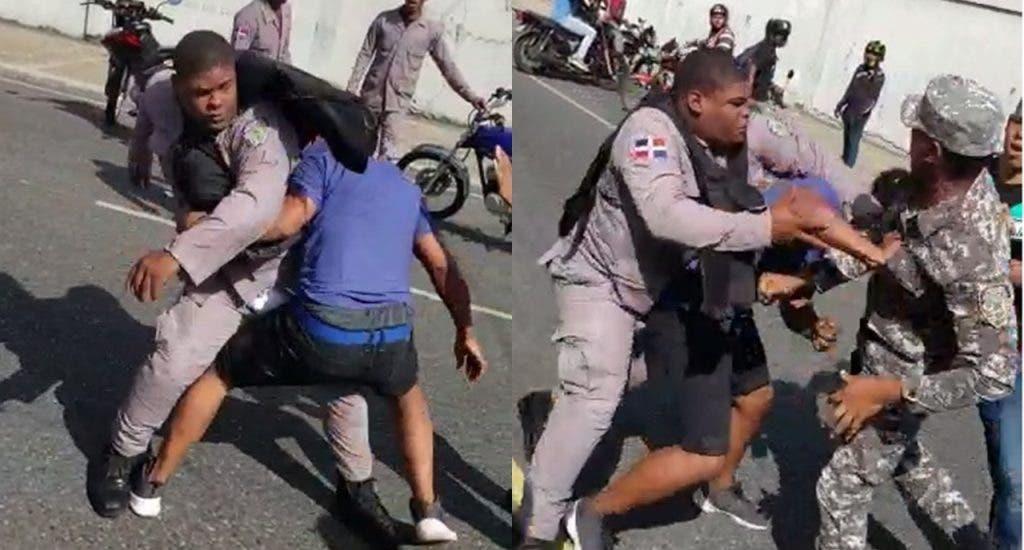 Video: Policías y un civil se enfrentan a puñetazos en plena calle