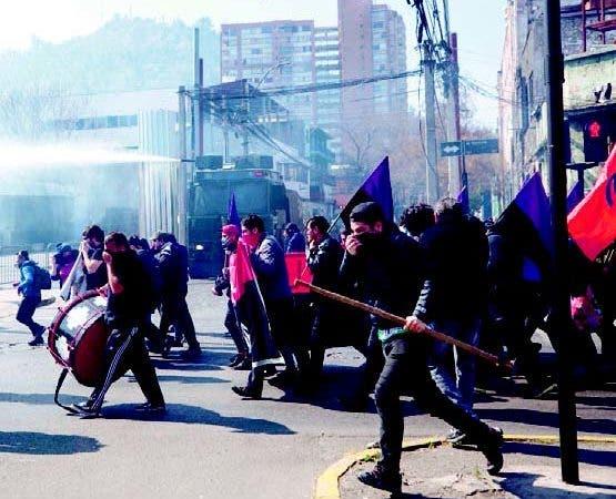 Chilenos recuerdan a las víctimas de la dictadura en masiva marcha