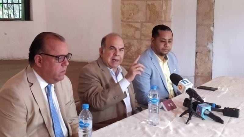 El abogado Gustavo de los Santos Coll, Vinicio Peregrín Castillo y Tony Guevara.