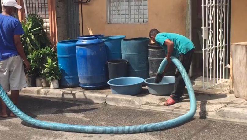 Video: No hay agua para cepillarse, tampoco el sueldo da para comprarla