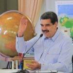 """AME8354. CARACAS (VENEZUELA), 16/09/2019.- Fotografía cedida por la oficina de Prensa de Miraflores, donde se observa al gobernante venezolano, Nicolás Maduro, durante una transmisión obligatoria de radio y televisión tras celebrar el establecimiento de un diálogo nacional y la firma de un acuerdo con un sector minoritario de la oposición este lunes, en Caracas (Venezuela). Maduro dijo este lunes que """"las puertas quedan abiertas"""" para retomar """"de manera consensuada"""" el mecanismo de negociación de Oslo que mantuvo con la oposición liderada por Juan Guaidó, tras informar que delegados noruegos visitaron Caracas el fin de semana. """"Le mandé a decir (...) el día en que seamos convocados de nuevo, de manera consensuada, por el Gobierno de Noruega ahí estarán las fuerzas bolivarianas dialogando, entendiendo, todas las puertas quedan abiertas"""", dijo. EFE/ PRENSA MIRAFLORES/SOLO USO EDITORIAL/NO VENTAS"""
