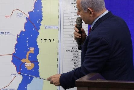 Tel Aviv (Israel), 10/09/2019.- Israeli Prime Minister Benjamin Netanyahu shows a map of the Jordan Valley as he delivers a statement in Ramat Gan near Tel Aviv, Israel, 10 September 2019. Netanyahu has stated its intention to annex and contain Israeli sovereignty over the Jordan Valley in coordination with the US administration immediately after the elections. Israeli legislative election will be held on 17 September. (Elecciones, Jordania) EFE/EPA/ABIR SULTAN