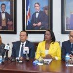 El ministro de Educación, Antonio Peña Mirabal y la presidenta de la Asociación Dominicana de Profesores (ADP), Xiomara Guante.