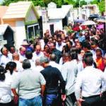 Familiares y amigos dan el último adiós a cuatro de los cincos jóvenes muertos en un accidente ocurrido en el Ranchito de La Vega. Hoy/ Wilson Aracena.