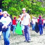 """El Ministerio de Medio Ambiente y Recursos Naturales realizó este sábado diversas jornadas de limpieza en toda la geografía nacional, en ocasión de celebrarse el Día Internacional de Limpieza de Playas, Costas y Riberas de Río en República Dominicana, en coordinación con varias instituciones gubernamentales, empresarial, organizaciones sociales y la sociedad civil. Al encabezar el acto de apertura en la Playa Palenque, San Cristóbal, bajo el lema de este año """"Limpiemos el mundo limpiemos el planeta"""" el ministro de Medio Ambiente Ángel Estévez, destacó la importancia de estas jornadas y explicó que el objetivo es empoderar y educar a la población para evitar que lancen residuos a las calles, ríos o mares, a fin de reducir, reusar y reciclar los residuos sólidos, especialmente plásticos y disminuir la contaminación que generan estos desechos.  Hoy/Fuente Externa 2/9/19"""