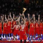 Beijing (China), 15/09/2019.- Players of Spain celebrate with the World Cup trophy following their win against Argentina in the FIBA Basketball World Cup 2019 final match in Beijing, China, 15 September 2019. (Baloncesto, España) EFE/EPA/ROMAN PILIPEY