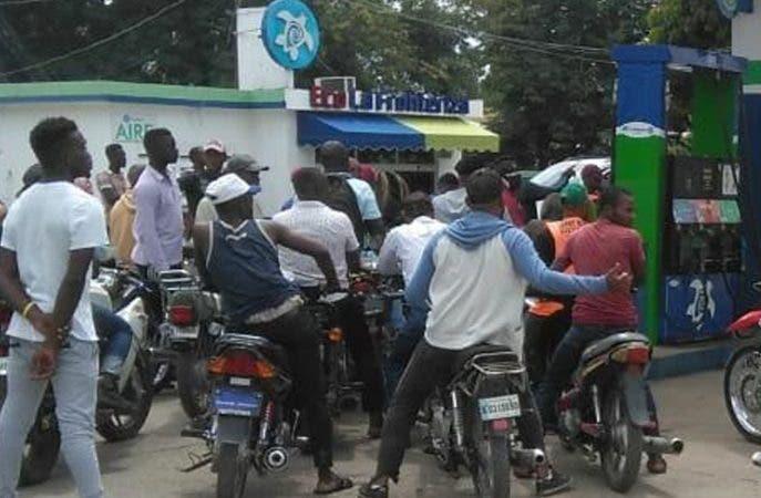 DAJABÓN. -    El caos se apodera de esta provincia, con la entrada de decenas de ilegales haitianos, como consecuencia de la crisis política y la violencia que impera en estos momentos en el vecino país, principalmente generada por la escasez de los combustibles.   Los haitianos entraron en masa y de manera ilegal a suelo dominicano para adquirir combustibles. Hoy/Goyry Reyes 30/9/19