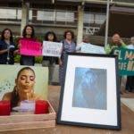 Decenas de dominicanos protestan contra los feminicidios ante Procuraduría