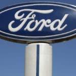 En esta imagen del 25 de octubre de 2011, se ve un letrero de Ford en una agencia Salem Ford en Salem, Nueva Hampshire. (AP Foto/Charles Krupa, Archivo)