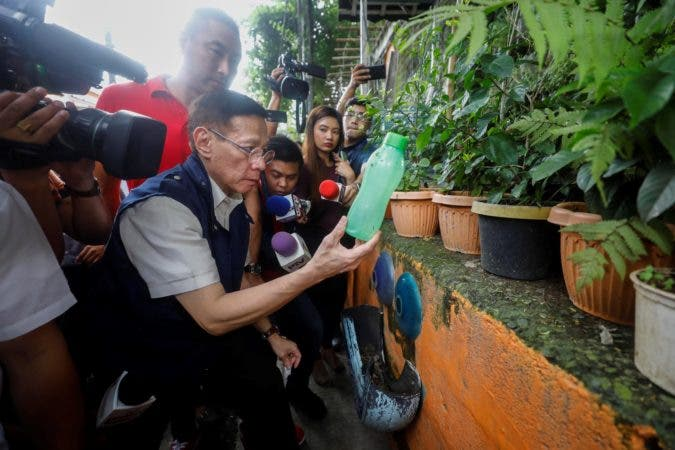 6. Manila (Philippines), 29/08/2019.- Philippines Health Secretary Francisco Duque III holds a bottle from a neighborhood street garden during a dengue prevention drive in San Juan City, east of Manila, 29 August 2019. Following a declaration of a national dengue epidemic on 06 August, the country's Department of Health continues to encourage the public to conduct various dengue prevention methods in their respective communities in order to combat the disease. (Filipinas) EFE/EPA/ROLEX DELA PENA