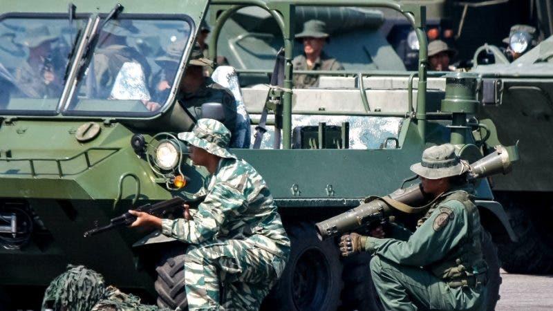 AME5812. LA FRÍA (VENEZUELA), 10/09/2019.- Miembros de las Fuerzas Armadas Bolivarianas de Venezuela toman parte del inicio de los ejercicios militares en la frontera con Colombia este martes, desde el Aeropuerto Nacional Francisco García de Hevia, en la localidad de La Fría, estado Táchira (Venezuela). El pasado miércoles el gobernante venezolano, Nicolás Maduro, ordenó el despliegue de tropas en la frontera de Venezuela con Colombia y la puesta en marcha de un sistema de misiles luego de declarar el martes una alerta en toda esa zona. Las maniobras se llevarán a cabo desde hoy y hasta el 28 de septiembre en los estados Zulia, Táchira Apure y Amazonas, territorios que conforman los 2.219 kilómetros de frontera colombo-venezolana. EFE/ Johnny Parra