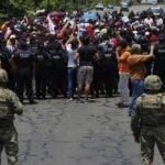 En esta imagen de archivo, tomada el 5 de junio de 2019, las autoridades mexicanas frenan a una caravana de migrantes que había cruzado la frontera desde Guatemala, cerca de Metapa, en el estado de Chiapas, México. México cree haber cumplido su pacto migratorio con EEUU, pero activistas denuncian acoso a unos migrantes cada vez más desesperados. (AP Foto/Marco Ugarte, archivo)