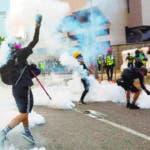 -FOTODELDIA- JEF-01. HONG KONG (CHINA), 15/09/2019.- Cientos de manifestantes se enfrentan a la policía durante una protesta contra la represión policial y en pro de la democracia en Hong Kong, este domingo. Las calles de Hong Kong volvieron a llenarse hoy de miles de personas en una protesta prodemocrática no autorizada, donde se registraron numerosos incidentes violentos entre la policía y los manifestantes, que continuaron llenando las calles por decimoquinto fin de semana consecutivo. EFE/ Vivek Prakash