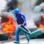 AME8585. PUERTO PRÍNCIPE (HAITÍ), 17/09/2019.- Manifestantes colocan una barricada durante protestas hoy martes en una calle de la capital. Puerto Príncipe y varias capitales provinciales de Haití vivieron este martes la segunda jornada seguida de protestas contra la escasez de combustible, una serie de manifestaciones en las que ya se ha registrado un muerto. EFE/ Jean Marc Herve Abelard