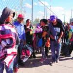 ACOMPAÑA CRÓNICA: CRISIS MIGRATORIA -CIUDAD JUÁREZ (MÉXICO),22/09/2019.- Migrantes mexicanos que fueron desplazados forzosamente por el crimen organizado, de los estados de Michoacan y Zacatecas esperan este viernes 20 de septiembre de 2019, en el puente Internacional Cordova de las Américas para solicitar asilo polÍtico en Estados Unidos. Una nueva ola de migrantes, esta vez formado por mexicanos, ha llegado a la fronteriza Ciudad Juárez, donde alrededor de 700 de ellos esperan en los puentes internacionales su oportunidad de pedir asilo en Estados Unidos. Los migrantes, entre ellos cientos de menores de edad, proceden en su mayoría del centro y el sur de México, principalmente los estados de Zacatecas, Michoacán y Guerrero, de donde se vieron obligados a huir de la violencia vinculada al crimen organizado.EFE/Luis Torres