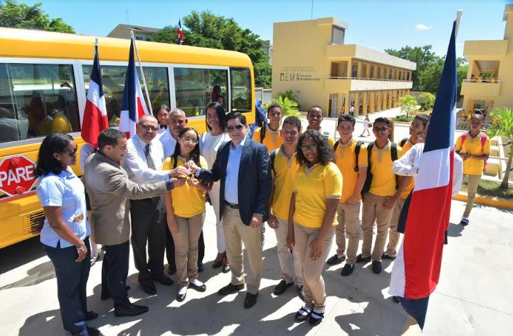 Minerd entrega autobús al Politécnico Julio Alberto Hernández en Santiago