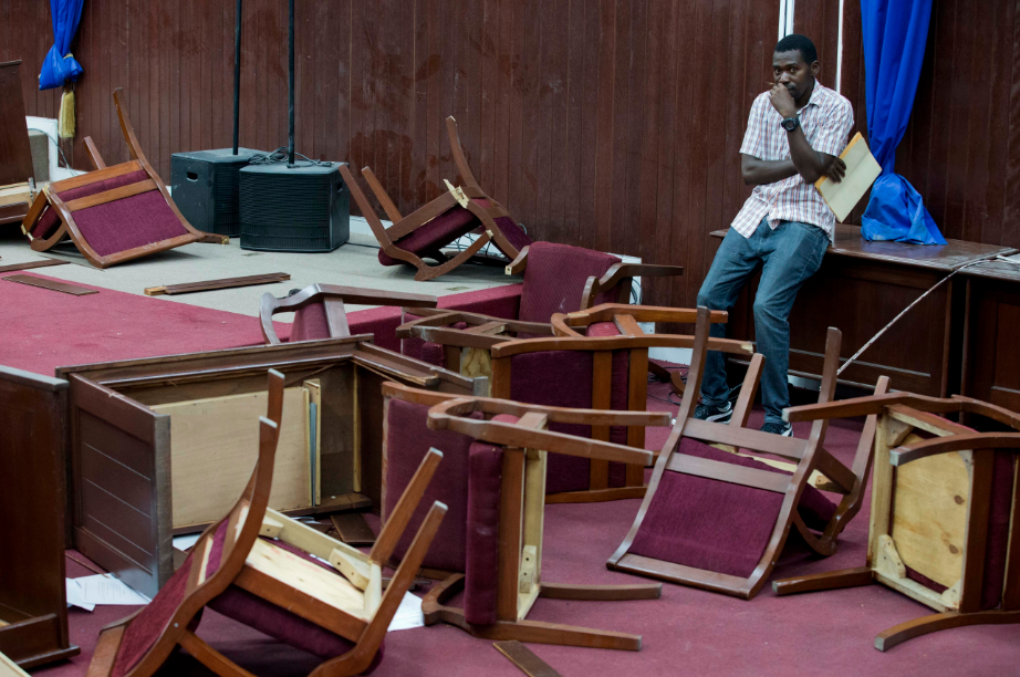 Mira cómo diputados de Haití destruyen mobiliario para impedir ratificación de Gobierno