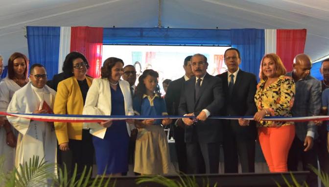 Danilo Medina entrega dos nuevos centros educativos en Santo Domingo Oeste
