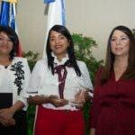 recia De León, Directora Ejecutiva del CONDEI, y Kenia Lora, Presidente Ejecutiva del CONANI, entregan premio a Lucenia Pichardo de la Estancia Infantil Fundación Don Rafael Ramos.