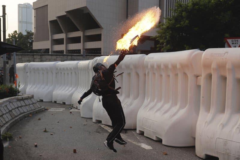 Nuevos episodios de violencia en Hong Kong tras una gran manifestación en la ciudad
