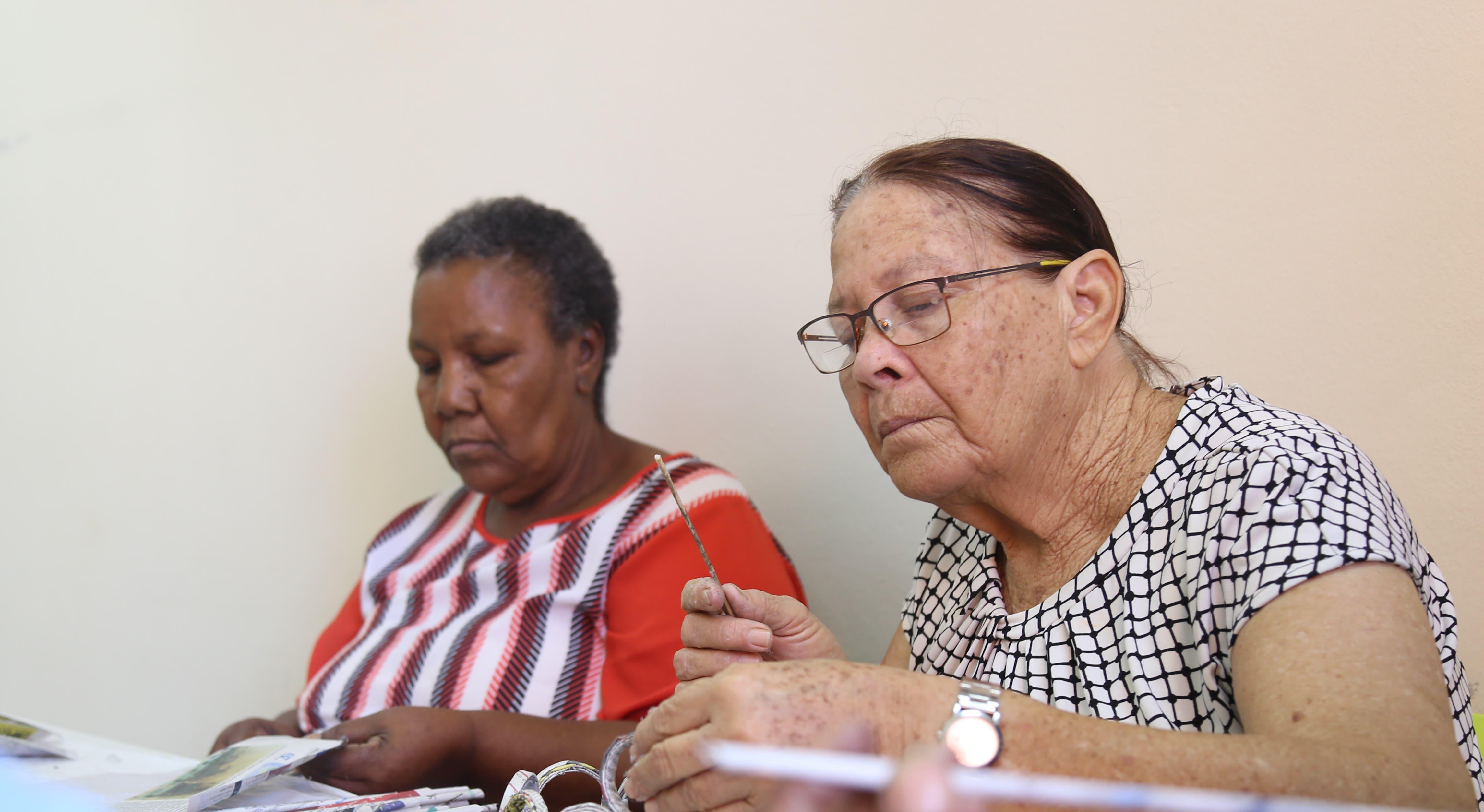 Adultos mayores aprenden a usar las redes sociales en centro de atención de Ciudad Juan Bosch