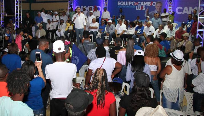 Abinader pide cumplir Ley de Migración tras constatar presencia «masiva» de haitianos en La Altagracia