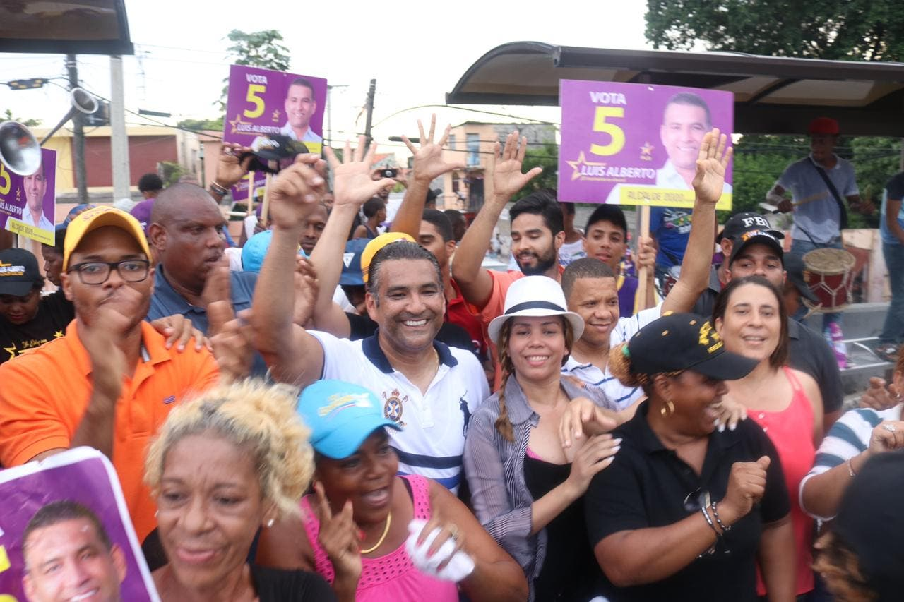 Luis Alberto promete devolver servicios municipales a residentes de Villa Duarte